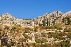 Montagna con le vecchie fortificazioni e strada alla fortezza di Cattaro montenegro fotografia stock libera da diritti