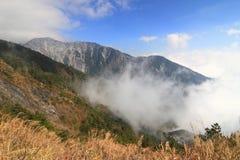 Montagna con nebbia immagini stock libere da diritti