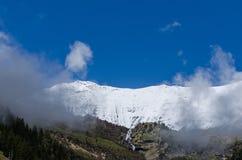 montagna con neve e cielo blu Fotografia Stock