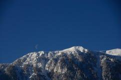 Montagna con neve e la luna Fotografia Stock Libera da Diritti