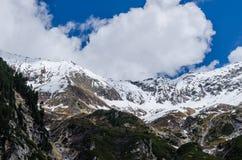 montagna con neve e le nuvole bianche Immagine Stock Libera da Diritti