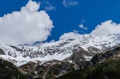 montagna con neve e nuvole in cielo Immagini Stock
