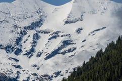 montagna con neve e rocce Immagini Stock