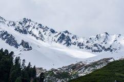 montagna con neve in valle Fotografia Stock