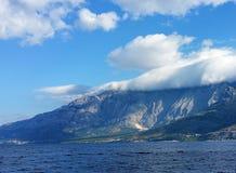 Montagna con una coperta delle nuvole immagine stock