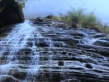 Montagna corrente dei tagli del fiume acutamente fotografie stock libere da diritti
