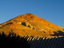 Montagna d'argento alla luce solare rossa di sera Fotografia Stock Libera da Diritti