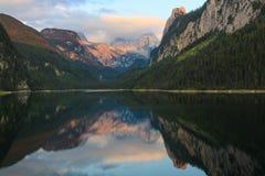 Montagna Dachstein e lago Gossausee sul tramonto Immagine Stock