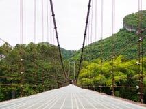 Montagna del cuore del ponte di corda a Surat Thani, Tailandia Fotografie Stock