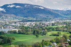 Montagna del fondo della città di Salisburgo di vista aerea Fotografia Stock Libera da Diritti
