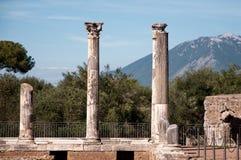 Montagna del fondo di tre colonne alla villa Adriana Fotografia Stock Libera da Diritti