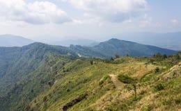 Montagna del paesaggio con il cielo e la nuvola del prato al 'chi' Fa Forest Park Thailand di Phu immagine stock libera da diritti