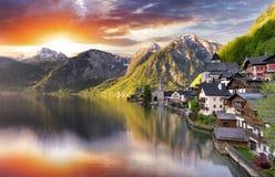 Montagna del paesaggio dell'Austria, lago alp di Hallstatt ad alba Fotografie Stock