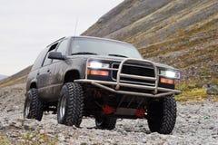 montagna dell'automobile della priorità bassa fuori dalla strada fotografia stock