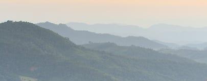 Montagna dell'ombra nella sera dopo il tramonto Immagini Stock