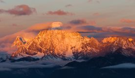 Montagna dell'oro circondata dalle nuvole in Manachajin in Sichuan dalla Cina fotografia stock