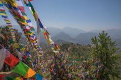 Montagna della bandiera di preghiera vicino al monastero di Namobuddha Fotografia Stock Libera da Diritti