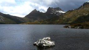 Montagna della culla e lago dove stock footage