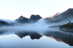 Montagna della culla nel corso della mattinata nel lago dove Immagine Stock