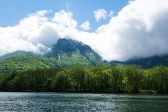Montagna della foresta il giorno nuvoloso Immagini Stock Libere da Diritti