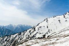 Montagna della neve all'itinerario alpino del kurobe di tateyama delle alpi del Giappone Immagini Stock