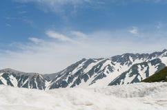 Montagna della neve all'itinerario alpino del kurobe di tateyama delle alpi del Giappone Fotografia Stock