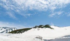 Montagna della neve all'itinerario alpino del kurobe di tateyama delle alpi del Giappone Fotografia Stock Libera da Diritti