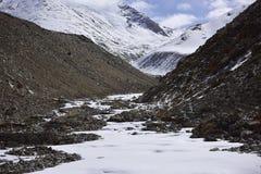 Montagna della neve con cielo blu da Leh Ladakh India Fotografia Stock