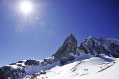 Montagna della neve con il cielo pieno di sole Immagini Stock