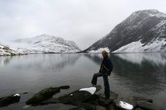 Montagna della neve con il lago Immagini Stock