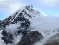Montagna della neve con le nuvole Fotografia Stock Libera da Diritti