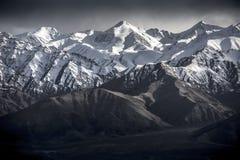 Montagna della neve del paesaggio di inverno con cielo blu da Leh Ladakh India Fotografie Stock Libere da Diritti