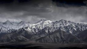 Montagna della neve del paesaggio di inverno con cielo blu da Leh Ladakh India Immagini Stock Libere da Diritti
