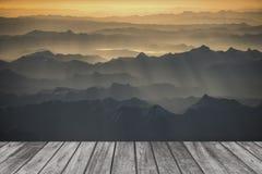 Montagna della neve e paesaggio del terrazzo di legno Fotografie Stock Libere da Diritti