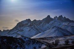 Montagna della neve nella luce della luna Fotografia Stock Libera da Diritti