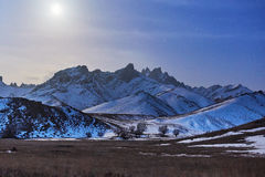 Montagna della neve nella luce della luna Immagini Stock Libere da Diritti