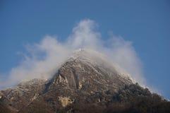 Montagna della neve nella nebbia Immagini Stock