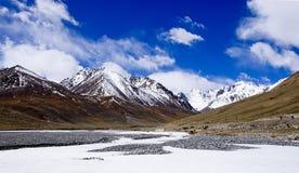 Montagna della neve sotto cielo blu Immagini Stock Libere da Diritti