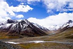 Montagna della neve sotto cielo blu 2 Immagine Stock