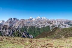 Montagna della neve sotto cielo blu Fotografia Stock Libera da Diritti