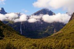 Montagna della Norvegia in nuvole Immagini Stock