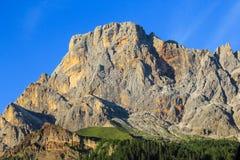 Montagna della roccia con cielo blu Fotografie Stock Libere da Diritti