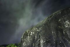 Montagna della roccia sulla notte Immagini Stock