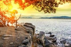 Montagna della scogliera accanto al mare con la luce del sole, il concetto della natura, il concetto del mare, la vista sul mare  fotografia stock