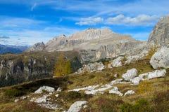 Montagna della scogliera di Roky nelle alpi delle dolomia in autunno Fotografie Stock