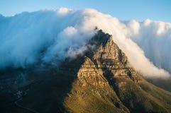 Montagna della Tabella della copertura della tovaglia al tramonto come visto dalla testa di Lion's a Cape Town Immagini Stock Libere da Diritti