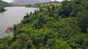 Montagna della traccia di vista aerea a piedi e bello lago con il lago verde mountain dell'acqua ed il litorale pietroso coperti stock footage