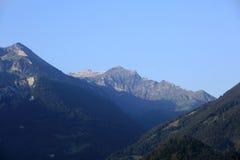 Montagna delle alpi che circonda la città di Interlaken Immagini Stock