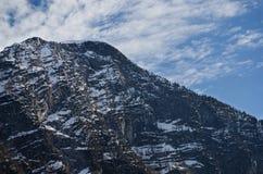 Montagna delle alpi con fondo nuvoloso immagini stock