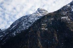 Montagna delle alpi con fondo nuvoloso immagini stock libere da diritti